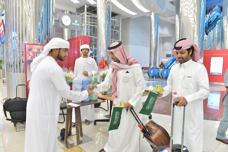 بالصور: دبي تستقبل السعوديين بالورود احتفالاً بيومهم الوطني  بالصور: دبي تستقبل السعوديين بالورود احتفالاً بيومهم الوطني  بالصور: دبي تستقبل السعوديين بالورود احتفالاً بيومهم الوطني