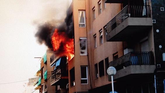بالفيديو: انفجار في مبنى بمحطة بريميا دي مار السياحية قرب برشلونة